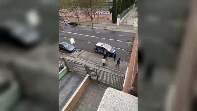 VÍDEO   La plantofada d'un policia a un noi: «La cervesa no és de primera necessitat»