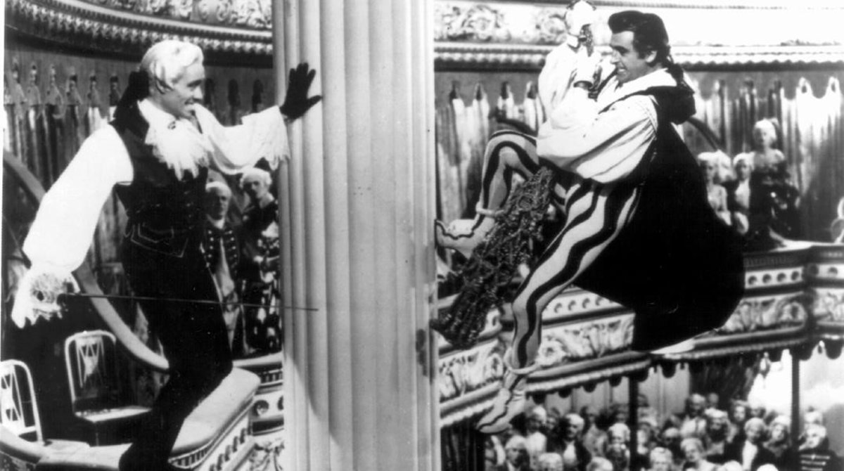 Mel Ferrer y Stewart Granger en una escena de la versión cinematográfica de 'Scaramouche' de 1952, dirigida por George Sidney.