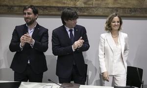 Puigdemont, con la vicepresidenta primera de la Fundación Amancio Ortega, Flora Pérez, y el conseller de Salut, AntoniComín.