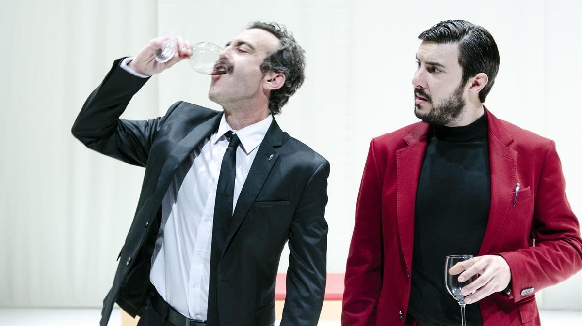 Òscar Intente (izquierda) y Arnau Puig, en una escena de Othello, de Les Antonietes, en La Seca-Espai Brossa.