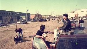 Jóvenes fuera de una discoteca, de día, en 1991.