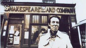 Julio Ramón Ribeyro, en París, ante la librería Shakespeare&Co.