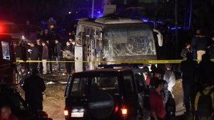 Escena de la policía alrededor del minibús atacado cerca de Giza.