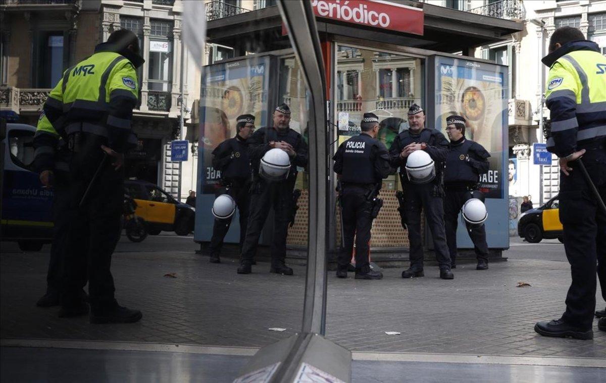 La Guàrdia Urbana i els Mossos tanquen el pas al 'top manta' al vestíbul de Plaça de Catalunya de Barcelona
