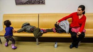 Liseth, una madre venezolana que ha pedido asilo, espera un alojamiento en el CUESB.