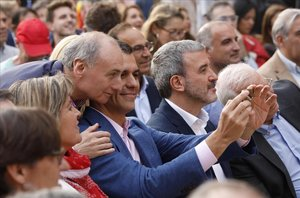 El presidente Pedro Sánchez haciéndose un selfie con un asistente al acto central de campaña del PSC, en la Fàbrica de Creació Fabra i Coats, en Barcelona.