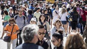Turistas enBarcelona, cerca de la Sagrada Família, en mayo pasado.