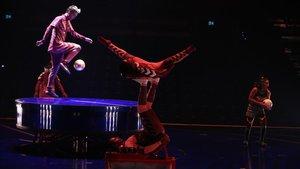 Acróbatas y bailarines en un número de 'Messi10'.