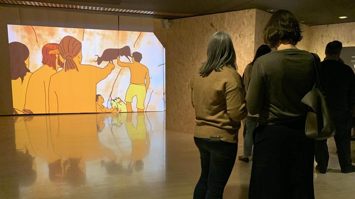 Un grupo de visitantes en la exposición.