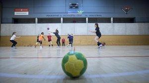 Unas niñas juegan en el pabellón de la Espanya Industrial.