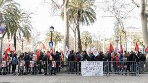 Protesta de doctorandos, este martes, ante la sede del TSJC.