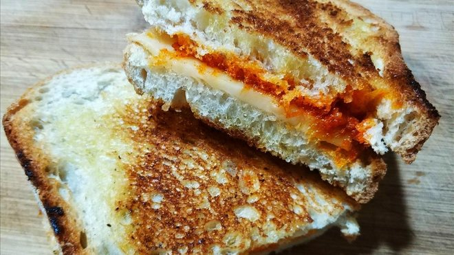 Bikini de sobrasada, miel y queso: foto hecha en la cocina de casa.