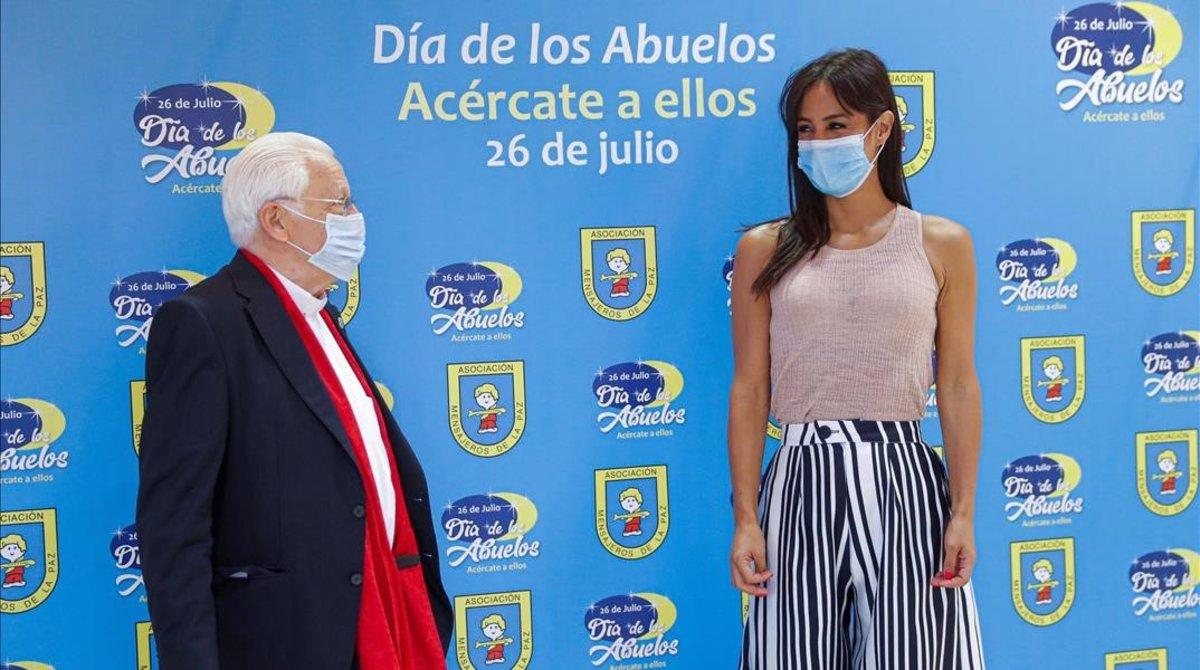 La vicealcaldesa de Madrid, Begoña Villacís,conversa con el Padre Angeldurante el acto organizado por la asociación Mensajeros de la Paz para celebrar el Dia de los Abuelos.