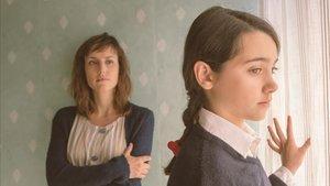 Natalia de Molina, al fondo, con Andrea Fandos en la película 'Las niñas'.