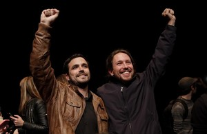 Alberto Garzón, dIU, i Pablo Iglesias, de Podem, durant lacte en què han comunicat lacord daquests dos partits per a les pròximes eleccions.