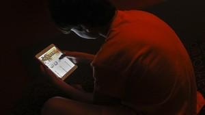 Un joven consulta una página de juego por internet.