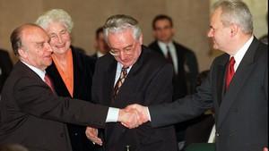 De izquierda a derecha: Alija Izetbegovic, Franjo Tudjman y Slobodan Milosevic, en una cumbre en Roma, el 17 de febrero de 1996.