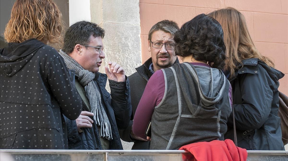 Los responsables de En Comú Podem conversan antes de la rueda de prensa.