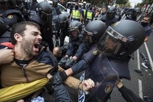 1-O: cargas policiales. La actuación de la policía dejó más de mil heridos en la<br/> jornada en la que se celebró el referéndum unilateral.