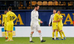 Isco, en primer plano, se lamenta tras el empate del Villarreal.