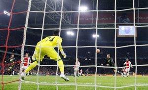 Cristiano Ronaldo remata de cabeza para hacer el 0-1 ante el Ajax.