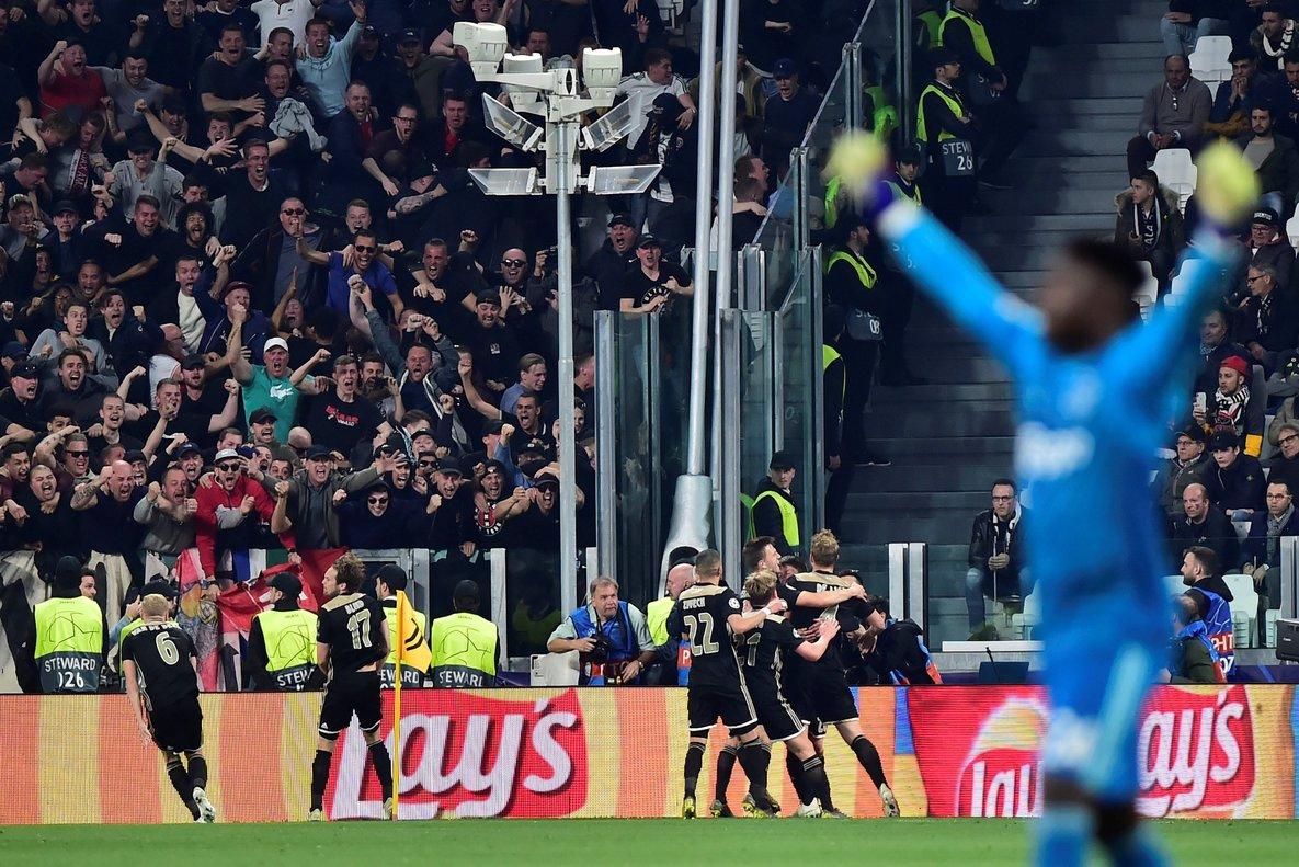 Los jugadores del Ajax celebran su segundo gol en Turín ante la Juventus.