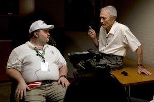 Hauser recibiendo instrucciones de Eastwood.