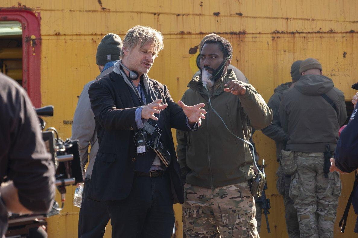 Nolan (izquierda) dando instrucciones a John David Washington.