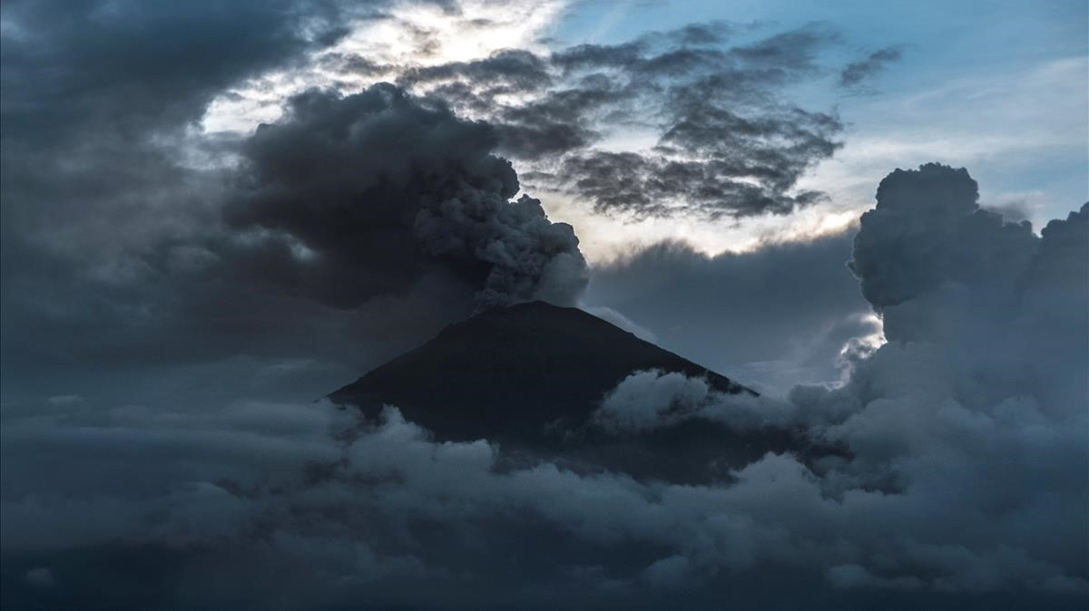 abertran41081340 indonesia s mount agung volcano erupts for a second time in 171127130649