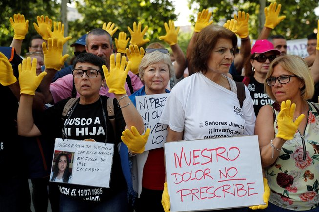 Víctimas de la trama de bebés robados se han concentrado ante la Audiencia Provincial de Madrid en protesta contra el acusado Dr. Vela, quienno cumplirá condenapor haber prescrito el delito, según el Juez.