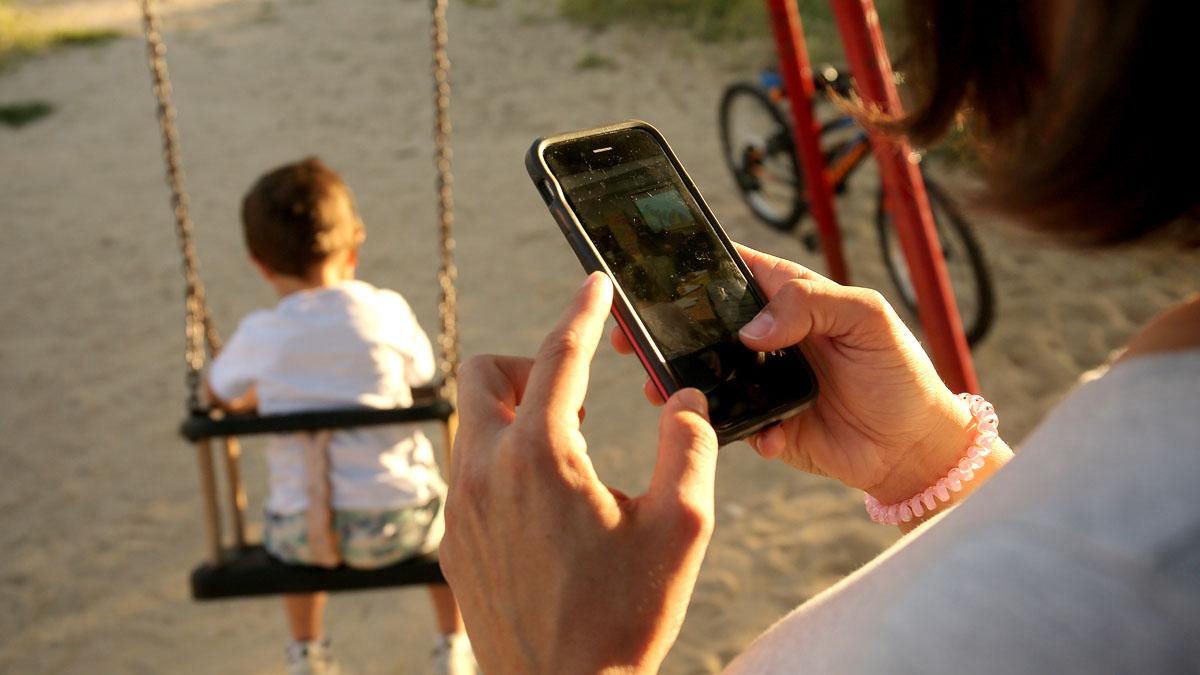 No traieu el mòbil als nens, traieu-lo als pares