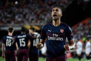 El delantero del Arsenal Aubameyang celebra uno de los goles que consiguió en Mestalla ante el Valencia.