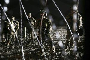 Agentes de la patrulla de fronteras de EEUU, junto a la valla que les separa de Tijuana.