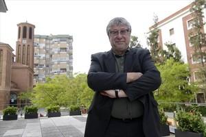 El alcalde socialista de Cornellà, Antonio Balmón, posa junto al ayuntamiento, el pasado martes.