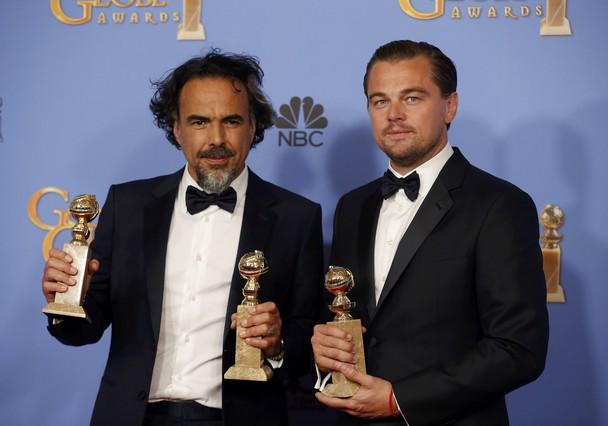 Alejandro González Iñarritu y Leonardo DiCaprio posan con sus globos de oro por El renacido.