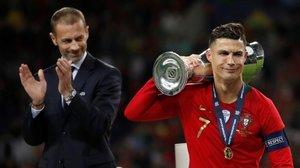 Aleksander Ceferin, junto a Cristiano Ronaldo, capitán de la vencedora Portugal.