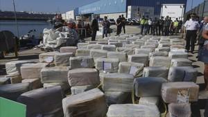Alijo de 3,8 toneladas de cocaína embarcado en Colombia, interceptado por los GEO y expuesto por la policía en Cádiz.
