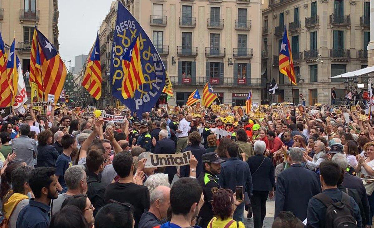 Ambiente en la plaza de Sant Jaume antes del pleno de investidura en el Ayuntamiento de Barcelona.