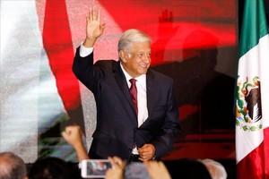 Andrés Manuel López Obrador saluda tras la victoria.