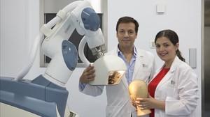 El Dr. Artur Díaz Carandell, de HTI Clinic, junto al primer robot que implanta cabello en Catalunya.