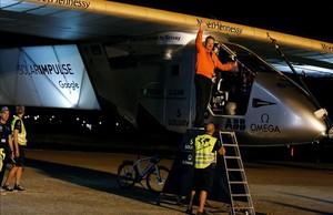 El aviador suizo del SolarImpulse IIAndréBorschberg, antes de despegar en el aeropuerto de San Pablo de Sevilla.