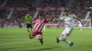Bale dispara a puerta ante la oposición de Pedro Porro.
