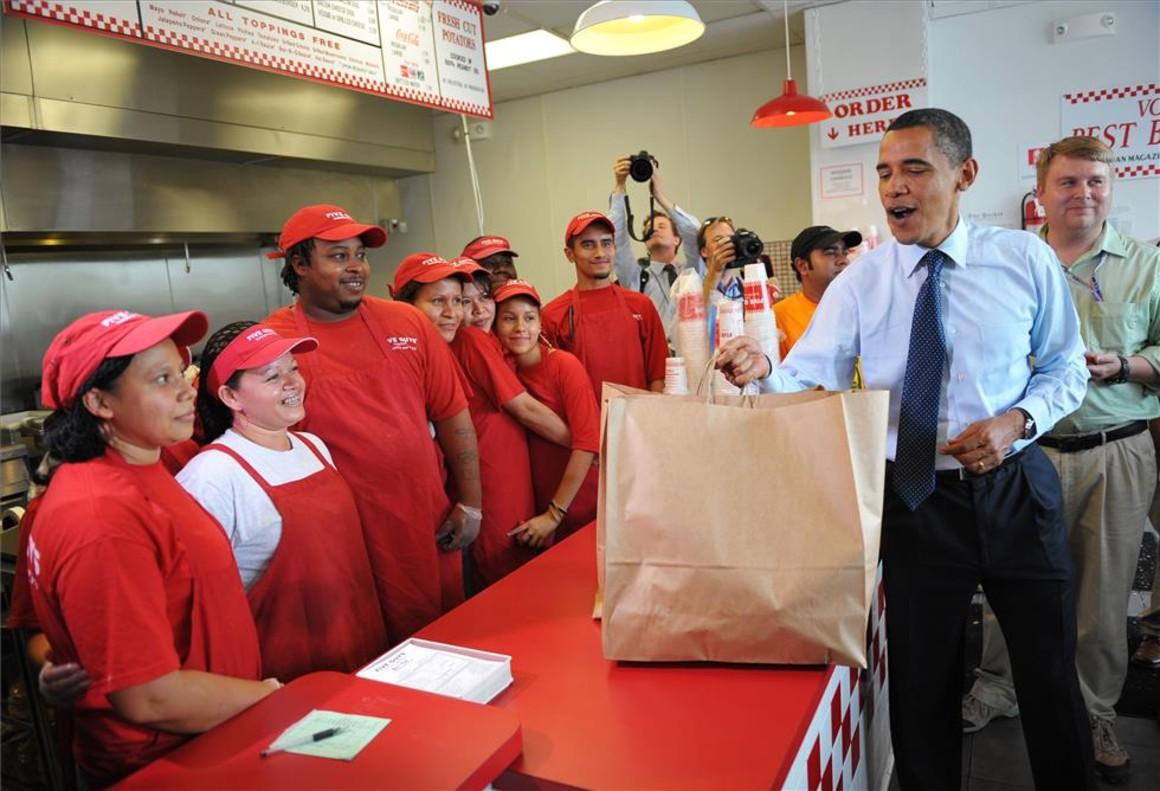 Barack Obama, cuando era presidente de Estados Unidos en el 2009, en un restaurante Five Guys.