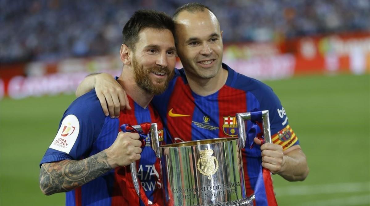 Messi e Iniesta, con la Copa del Rey que ganaron el sábado ante el Alavés.