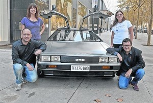 COCHE PROTAGONISTA. El DeLorean que se verá en L'Illa. A la izquierda, los padres de Jan. A la derecha, Andrés Torres, de L'Illa, y Lourdes Valls, de Make-A-Wish Spain.