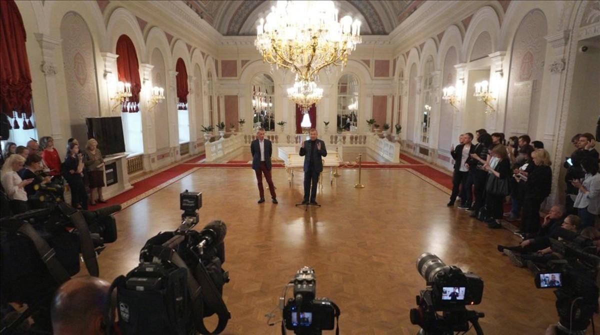 El director del ballet Bolshoi,Makhar Vaziev, y el director general del teatro Bolshoi de Moscú,Vladimir Urin, explican las razones de la suspensión del estreno mundial de la obra sobre el bailarín Nureyev.