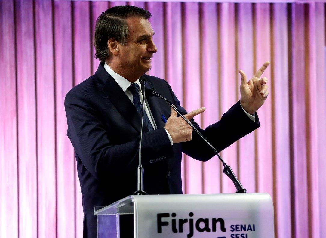 El presidente de Brasil, Jair Bolsonaro, habla sobre armas en un evento público.