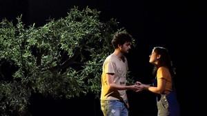 Sergi Torrecilla y Clara de Ramon en una escena de 'Caïm i Abel'.