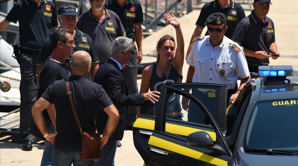 La capitana del 'Sea Watch 3', Carola Rackete, saluda a sus simpatizantes en el momento de su detención en suelo italiano.