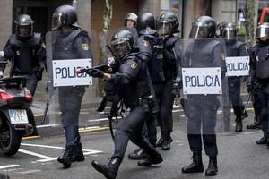 Carga policial con pelotas de goma en la escuela Ramon Llull, ayer por la mañana.